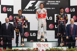 Podio: ganador de la carrera Jenson Button, McLaren, segundo puesto Sebastian Vettel, Red Bull Racin