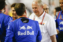 Спортивный консультант Red Bull Хельмут Марко поздравляет команду Scuderia Toro Rosso с четвертым местом Пьера Гасли