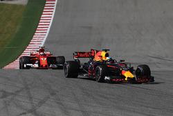 Daniel Ricciardo, Red Bull Racing RB13 leads Kimi Raikkonen, Ferrari SF70H