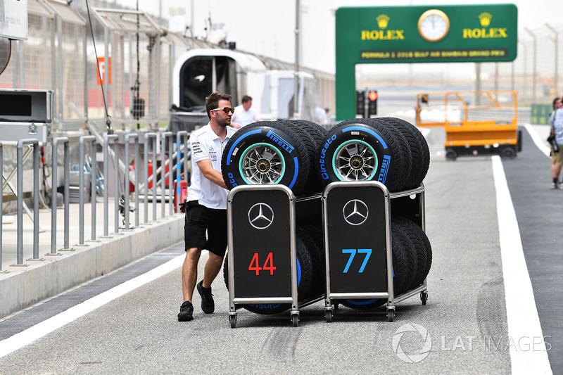 Mercedes AMG F1 mechanic with Pirelli tyres