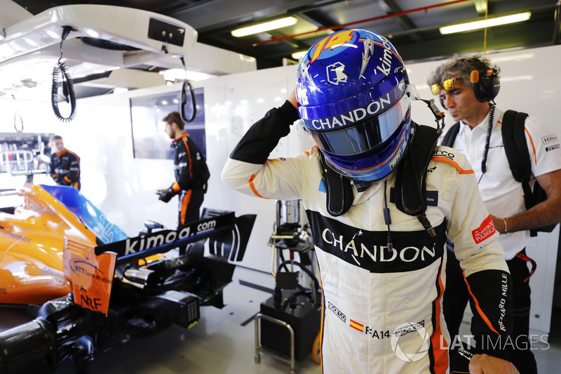 Fernando Alonso, McLaren, kaskını takıyor