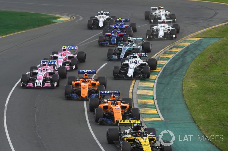 Carlos Sainz Jr., Renault Sport F1 Team R.S. 18 y Fernando Alonso, McLaren MCL33 en el inicio