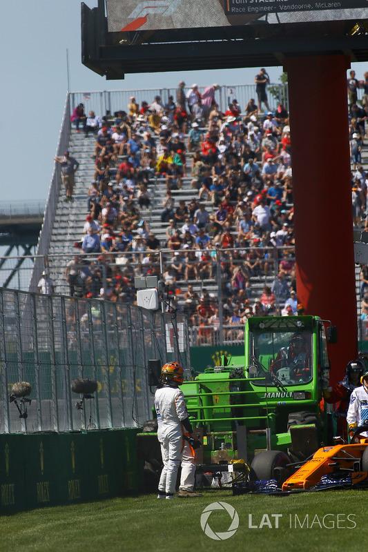 Stoffel Vandoorne, McLaren after hitting the wall in FP2