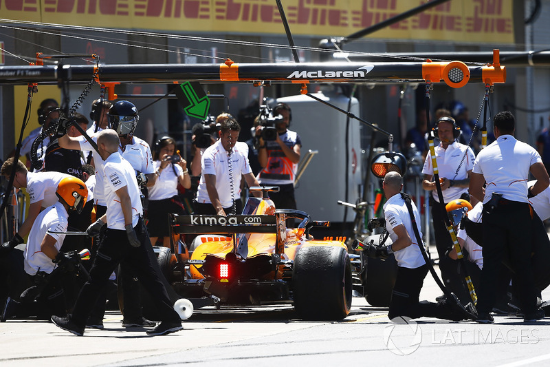 Fernando Alonso, McLaren MCL33, masuk pit stop