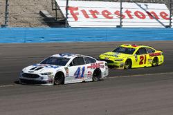 Kurt Busch, Stewart-Haas Racing, Ford Fusion Mobil 1/Haas Automation e Paul Menard, Wood Brothers Racing, Ford Fusion Menards / Dutch Boy