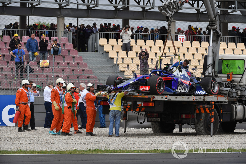 El coche accidentado de Brendon Hartley, Scuderia Toro Rosso STR13 es removido