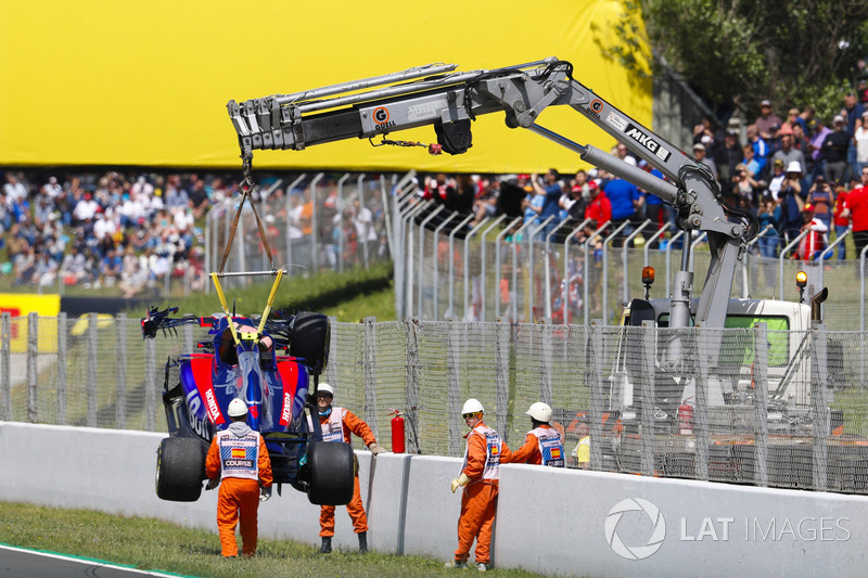 The damaged car of Pierre Gasly, Toro Rosso STR13, is removed from the track by marshals