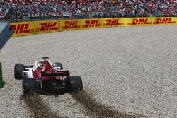 Marcus Ericsson, Sauber C37, en la gravilla durante la clasificación