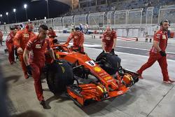 Sebastian Vettel, Ferrari SF71H et les mécaniciens Ferrari dans la voie des stands