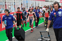 Marc Marquez, Repsol Honda Team, Cal Crutchlow, Team LCR Honda, quittent la grille