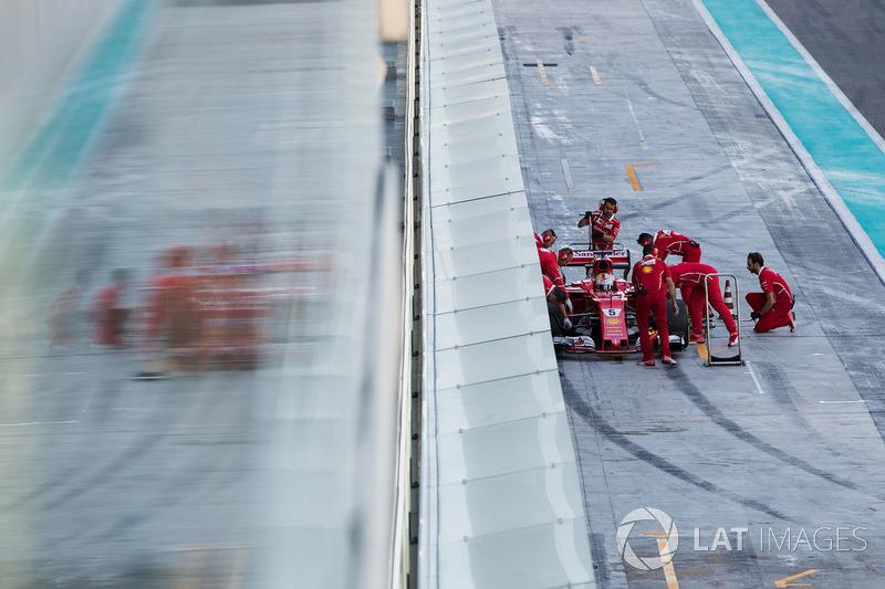 Sebastian Vettel, Ferrari SF70H, es atendido por el equipo