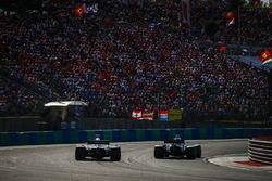 Carlos Sainz Jr., Renault Sport F1 Team R.S. 18, devant Romain Grosjean, Haas F1 Team VF-18