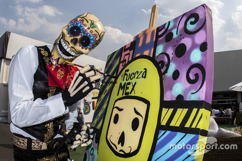 Gran Premio de México: Catrina pintando un cuadro de Fuerza México en el paddock.