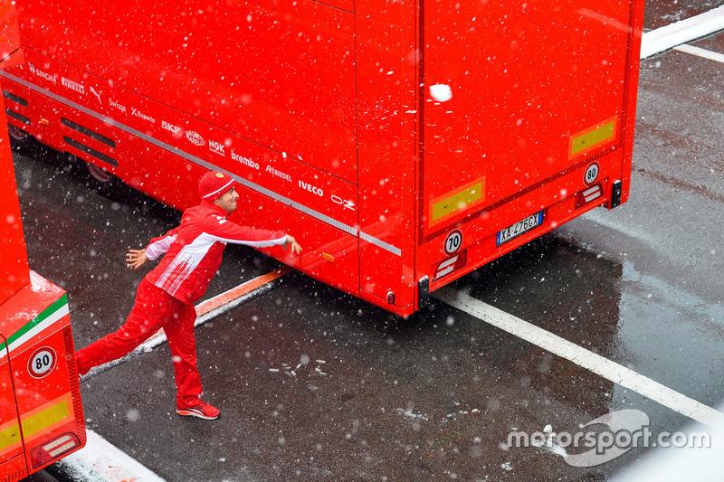 Membro da Ferrari brinca com a neve
