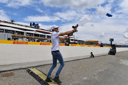 Esteban Ocon, Force India F1 tira camisetas a la multitud