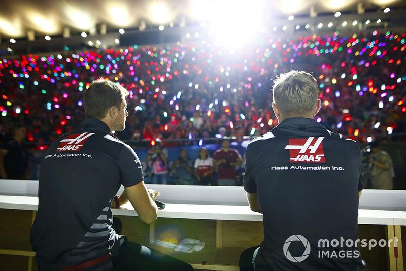 Romain Grosjean, Haas F1 Team, y Kevin Magnussen, Haas F1 Team, en el escenario