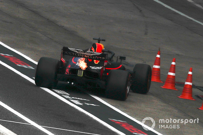 Daniel Ricciardo, Red Bull Racing RB14 breaking down in the pit lane in Q2