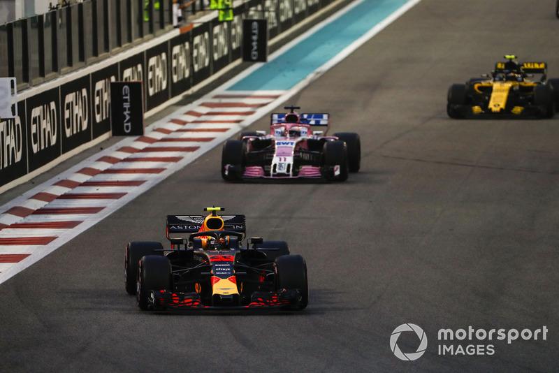 Max Verstappen, Red Bull Racing RB14, precede Sergio Perez, Racing Point Force India VJM11, e Carlos Sainz Jr., Renault Sport F1 Team R.S. 18