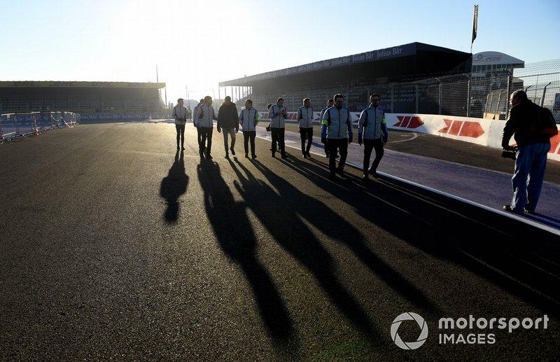 Edoardo Mortara Venturi Formula E, walks the track