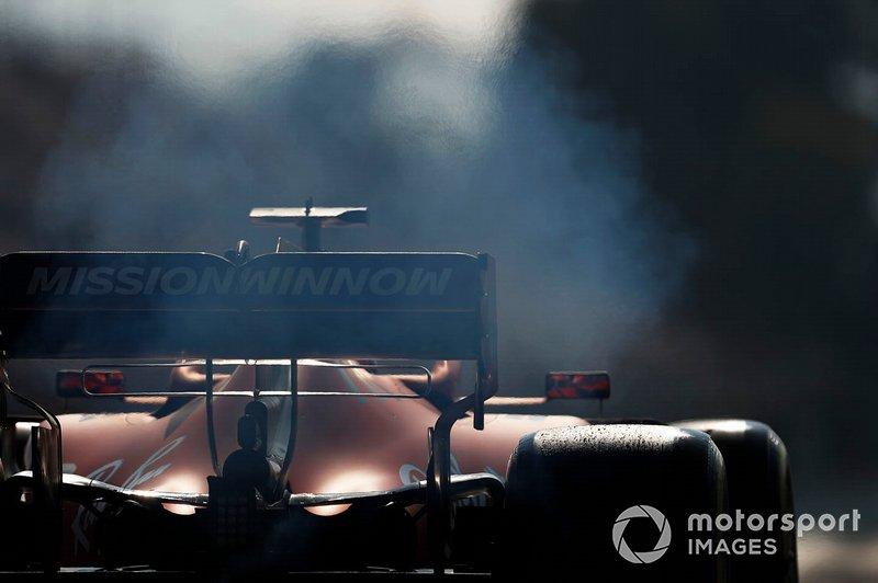 Humo de la parte trasera de Charles Leclerc, Ferrari SF90