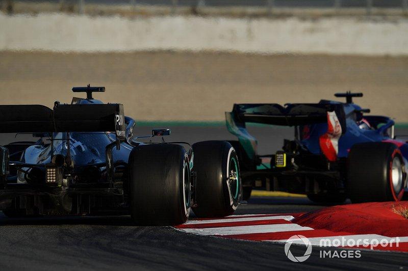 Lewis Hamilton, Mercedes-AMG F1 W10 EQ Power+ y Daniil Kvyat, Scuderia Toro Rosso STR14