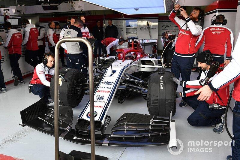 Kimi Raikkonen, Alfa Romeo Racing C38 dans le garage