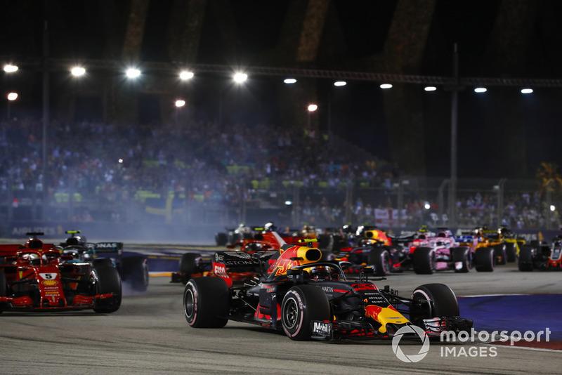 Max Verstappen, Red Bull Racing RB14, precede Sebastian Vettel, Ferrari SF71H, Valtteri Bottas, Mercedes AMG F1 W09 EQ Power+, e il resto del gruppo, alla partenza