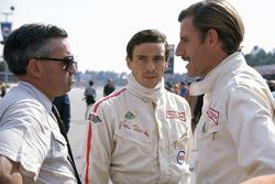 Lotus pilotları Jim Clark, Graham Hill ve Ford toplum ilişkileri direktörü Walter Hayes