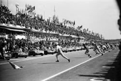 Pedro Rodríguez, Lorenzo Bandini y Mike Parkes son los tres primeros lugares corriendo para el inicio de las 24 h de Le Mans 1963