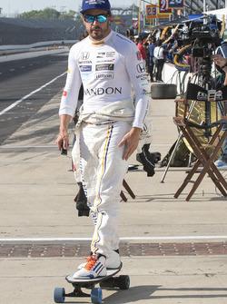 Fernando Alonso, Andretti Autosport, Honda, auf einem elektrischen Skateboard