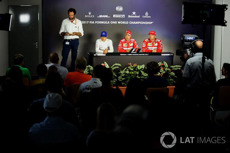 Matteo Bonciani, Delegato Media FIA, Valtteri Bottas, Mercedes AMG F1 W08, il poleman Sebastian Vettel, Ferrari e Kimi Raikkonen, Ferrari