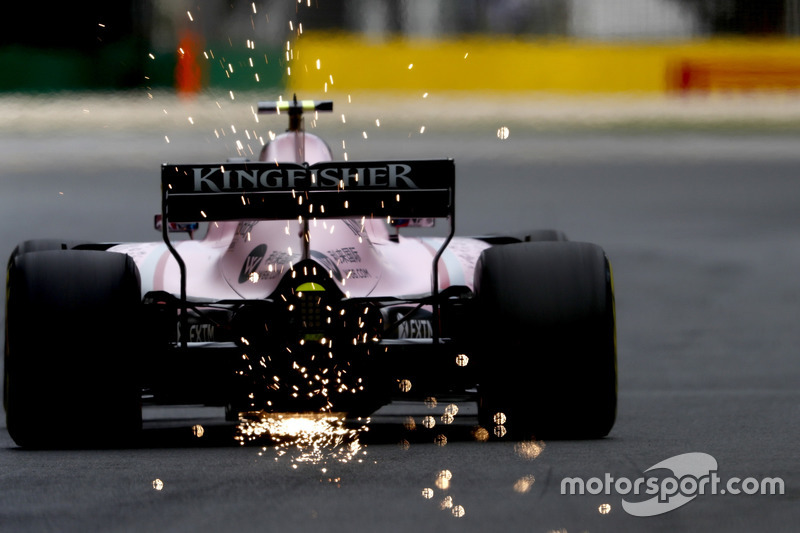 Chispas detrás del Force India de Esteban Ocon