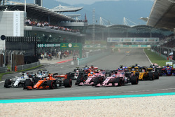 Stoffel Vandoorne, McLaren MCL32 and Sergio Perez, Force India VJM10 at the start of the race