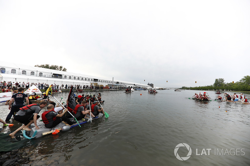 Команда McLaren перед стартом гонки на плотах