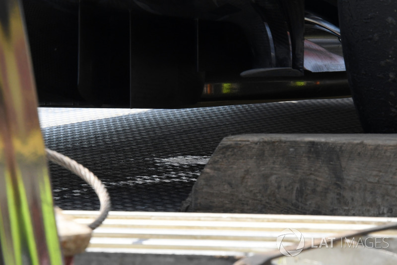 Flüssigkeitsverlust am Auto von Fernando Alonso, McLaren MCL32
