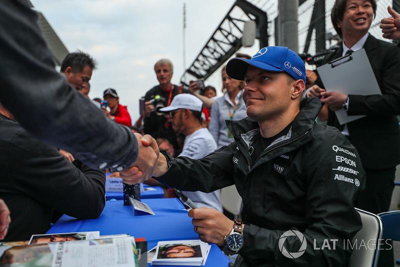 Valtteri Bottas, Mercedes AMG F1 signs autographs for the fans