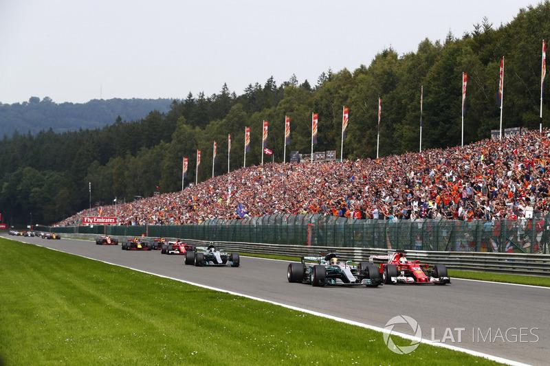 Vettel também tentou atacar Hamilton, mas o inglês conseguiu manter a ponta.