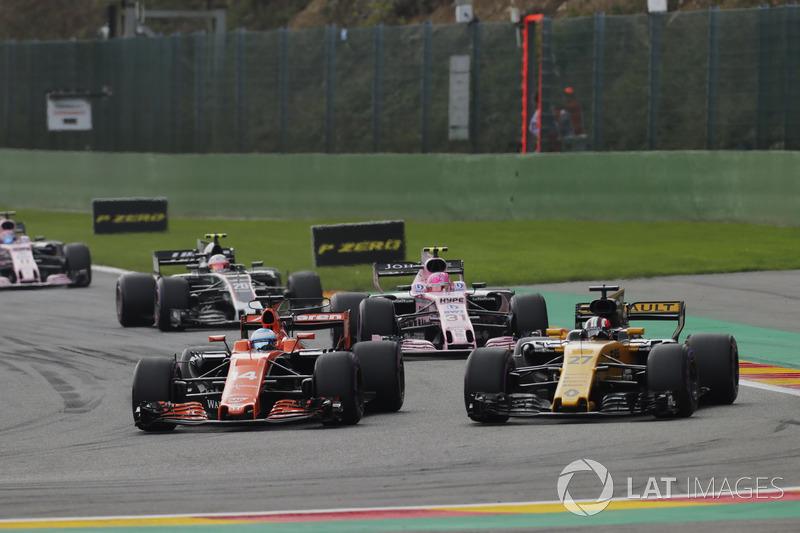 Fernando Alonso, McLaren MCL32, in gevecht met Nico Hülkenberg, Renault Sport F1 Team RS17
