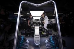Lewis Hamilton, Mercedes AMG, Sube a su coche