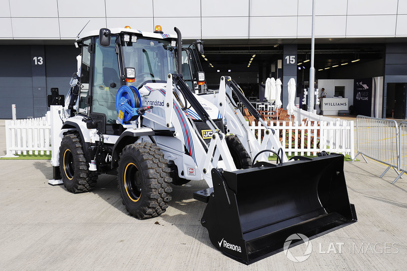 Un engin de chantier JCB aux couleurs de Williams-Martini