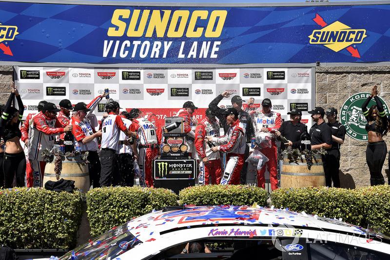 Ganador de la carrera Kevin Harvick, Stewart-Haas Racing Ford