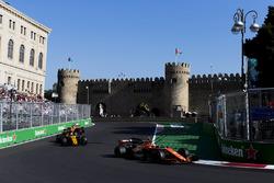 Stoffel Vandoorne, McLaren MCL32, Jolyon Palmer, Renault Sport F1 Team RS17