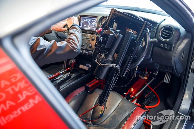 Nissan GT-R conducido con el control de PlayStation