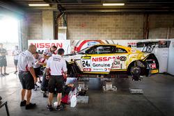 #24 Nissan Motorsport, Nissan GT-R Nismo GT3: Florian Strauss, Todd Kelly, Jann Mardenborough getting repared