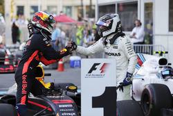 Valtteri Bottas, Mercedes AMG F1, felicita a Daniel Ricciardo, Red Bull Racing, en parc ferme