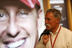 Чейз Кері, голова групи Формули 1, дивиться на портрет Міхаеля Шумахера