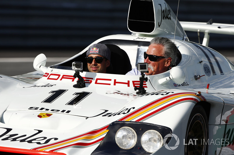 Chase Carey, COO, Formula One ve Neel Jani 1981 Porsche 936