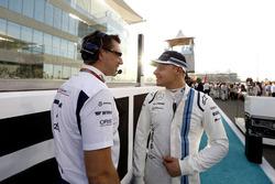 Jonathan Eddolls, ingénieur de course Williams et Valtteri Bottas, Williams, sur la grille
