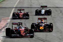 Sebastian Vettel, Ferrari SF16-H, con Daniel Ricciardo, Red Bull Racing RB12