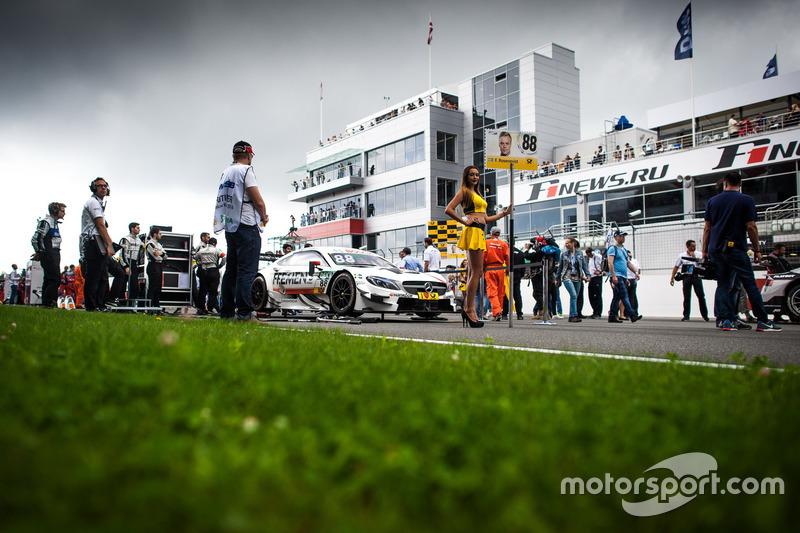La grid girl di Robert Wickens, Mercedes-AMG Team HWA, Mercedes-AMG C63 DTM